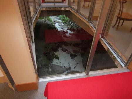 この展示室の床下を小川が流れているんですよ。