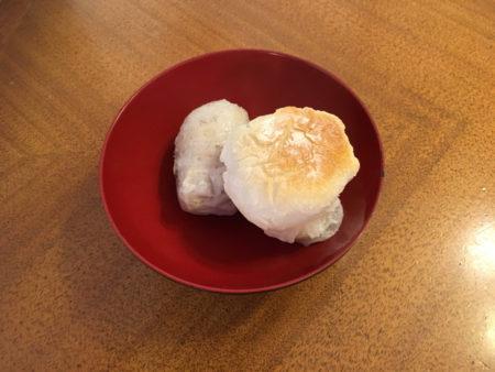 里芋の上に焼き餅をのせる