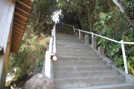 急な階段の先は、ロープを頼りに登る岩場
