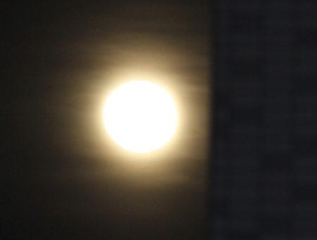ほんの1時間前に同じ一眼レフカメラで写した月はこれだったんですから
