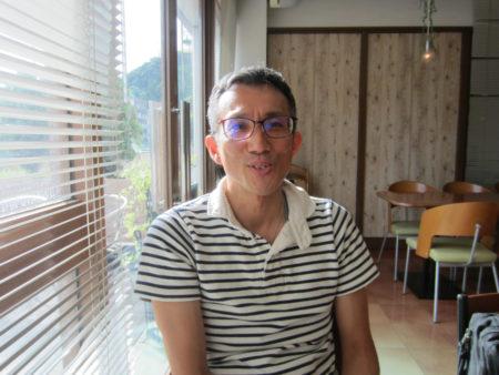 認知症の母親の介護体験について語る有村宜彦さん(45)