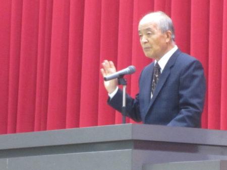 お祝いの言葉を贈る坂元地区「立志の集い」協議会 石塚修身 会長