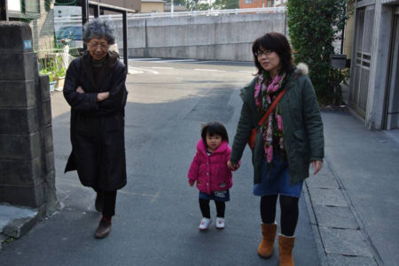 家族とのこんなひとときも大事にしてきました(妻と娘と母のお散歩)