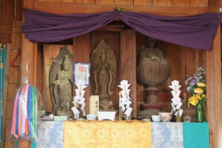 聖観音立像(中央)と阿弥陀如来坐像(右)