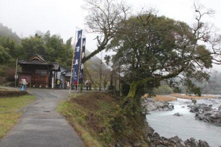 川辺川のほとりの観音堂。