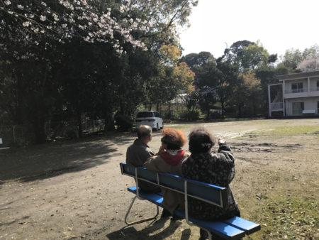 日向ぼっこしながら、ベンチでひと休み…