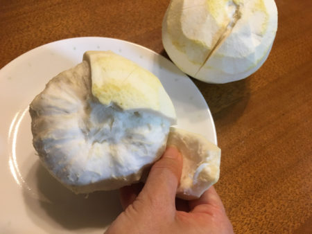 皮と実の間の白いわたに、7~8等分に包丁で切れ目を入れ、わたの部分を丁寧に1枚ずつむきます。