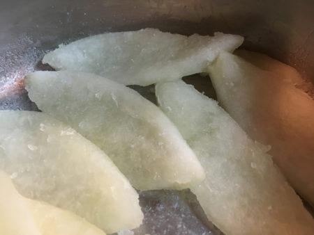 白いわたが透き通るようになったら、焦げ付かないようにして、汁けがなくなるまで煮詰めます。