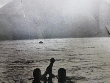 元旦に、桜島を背に鹿児島市の磯海岸で(昭和45年)