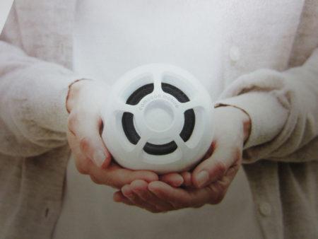 手のひらサイズの卵型のコンパクトスピーカー