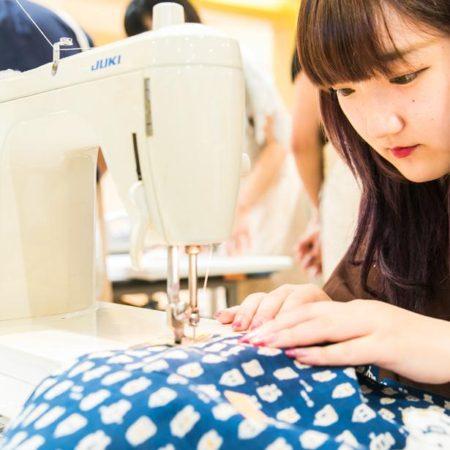 縫製工場にたのむよりも、丁寧に縫っていただける良さと、単価を抑えて販売できるメリットがあるそうです。