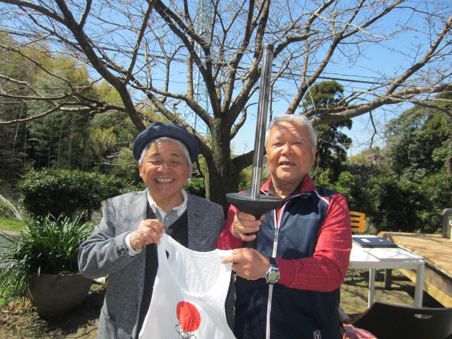 11月には、メダルと親友、伊地知さん(右)の聖火とトーチを持って三島村に行きます!