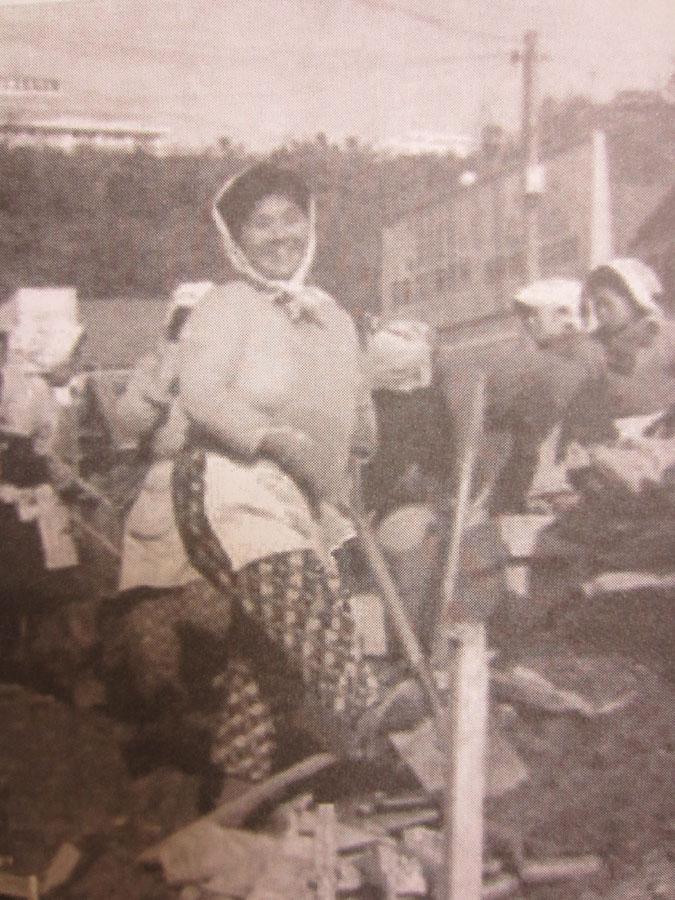 母親の喜子さんは、工事現場で働きながら家計を支えた