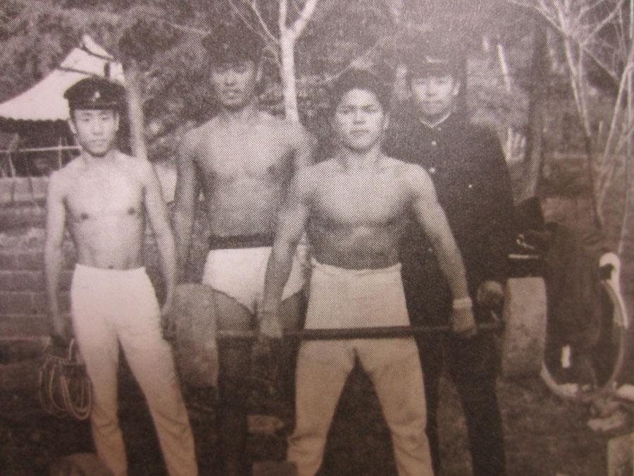手づくりのバーベルで練習に励んでいた高校生の頃(護国神社境内で)
