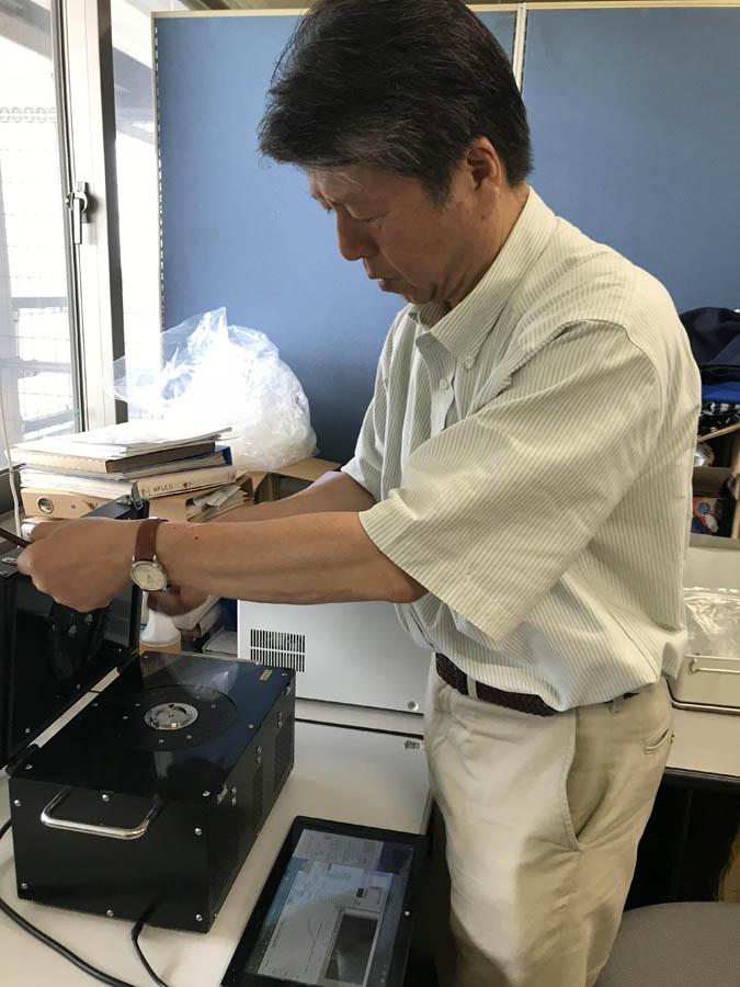 集めたサンプルを測定器で遠心分離 20分たらずで微量のウイルス感染を確認できる