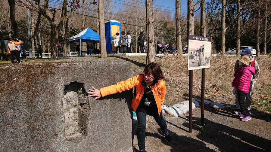 桜花の碑では地元ガイドさんが説明