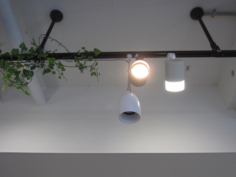 天井には、トップライトと難聴者支援機器のスピーカーを設置