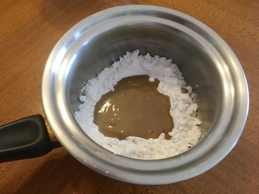 鍋にさつまいもでんぷんと練りごまを入れて、だまが出来ないようによく練り合わせます。