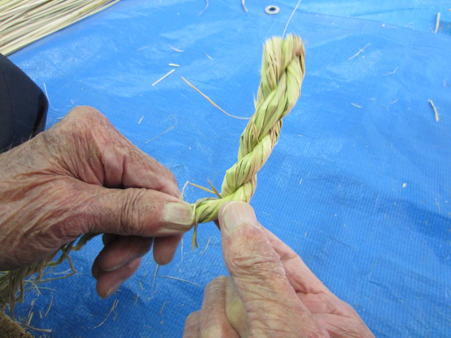 藁をどのくらい握って編めばいいか加減が難しいよね。