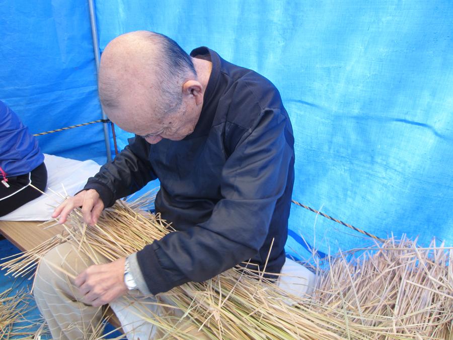 綺麗な藁を一本一本選る