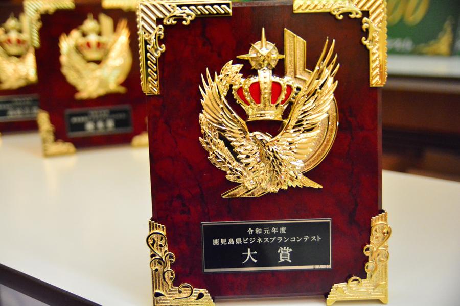 4人の評点を総合して、大賞、優秀賞、高校生賞をどのプランにするのか協議が行われました。