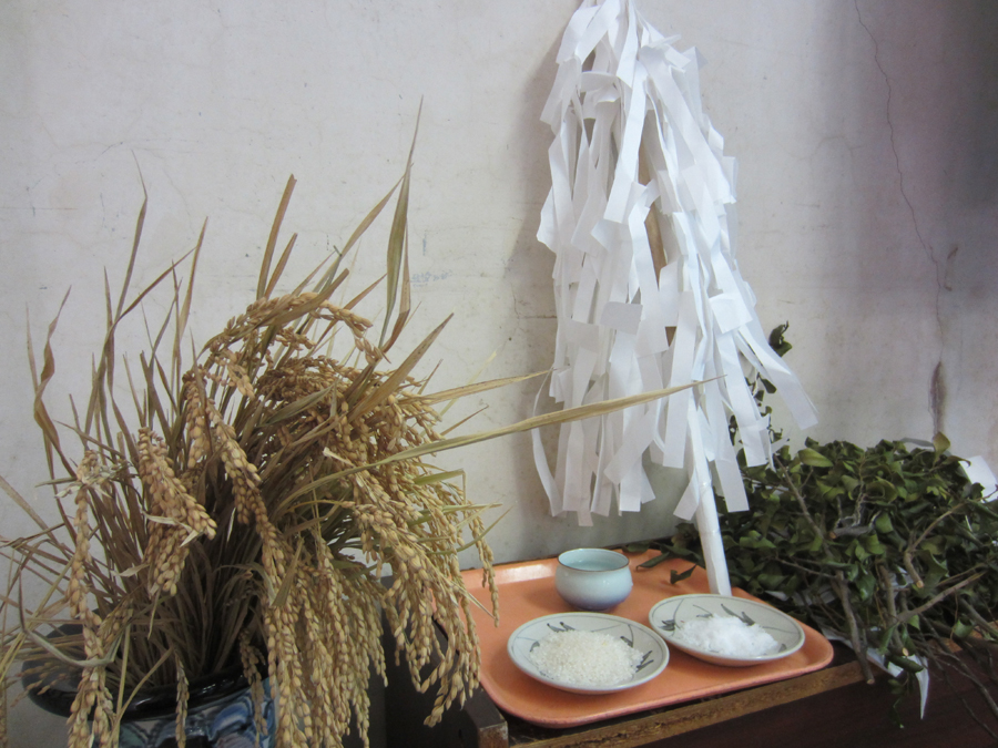 仕事場には榊やお茶のお供えが…