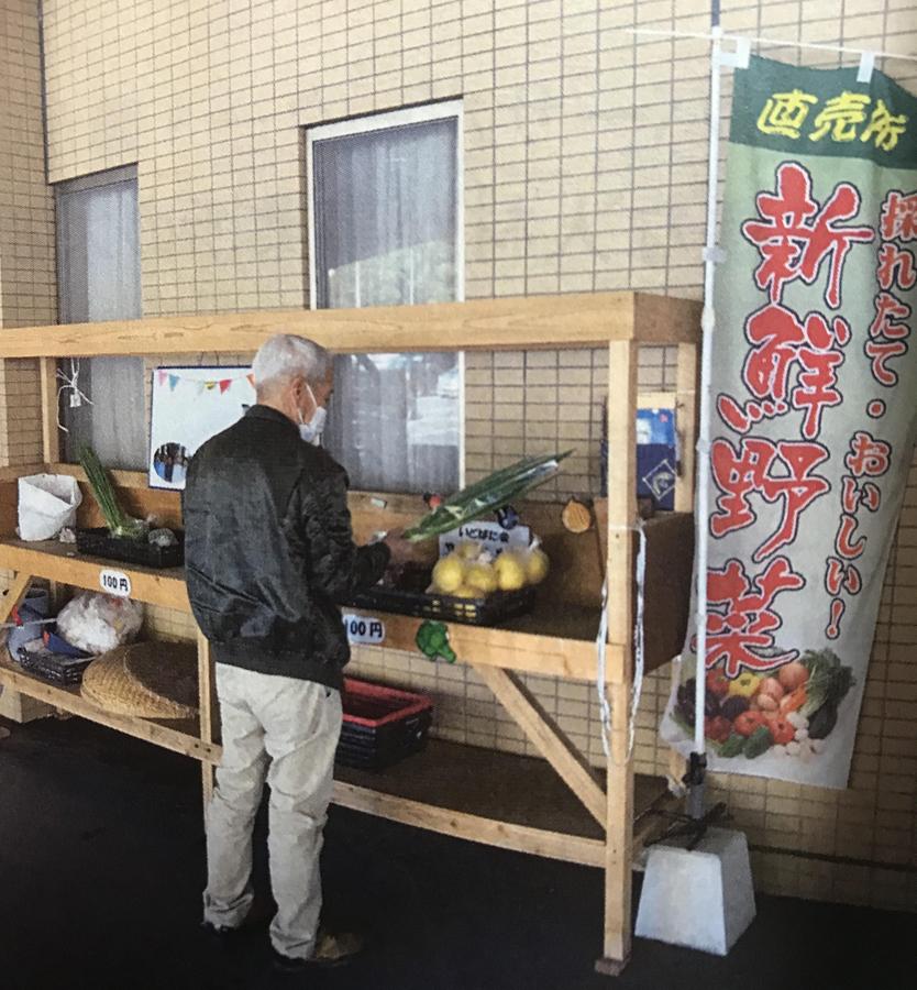 施設の玄関先で毎日、地元野菜の100円市
