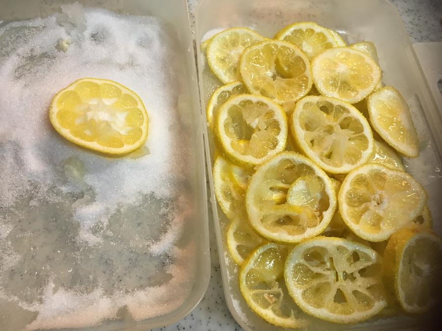 シーク―を1ミリ~2ミリ程の薄い輪切りにし、別に用意したグラニュー糖をまんべんなくつけます。