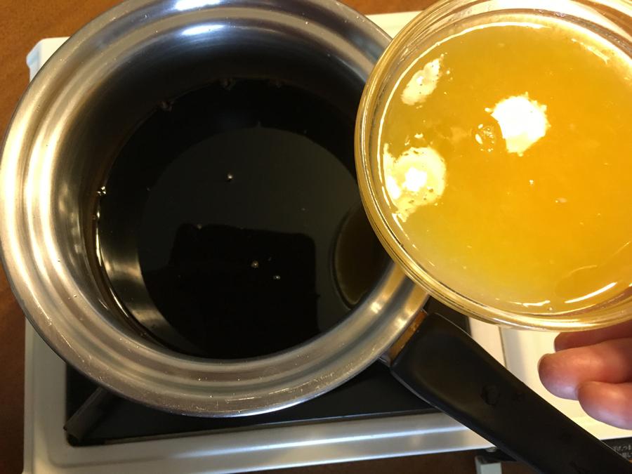 みりんを煮立たせ、その中に醤油と果汁を入れてさっと火を通したら出来上がり。 即席ポン酢ができました。