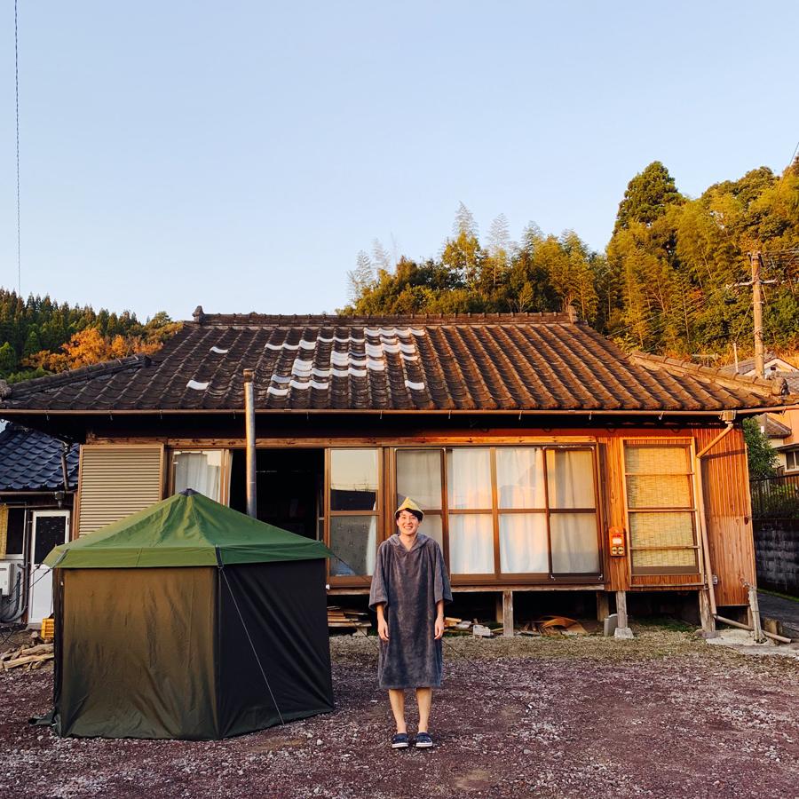 自前のフィンランド製のテントサウナの前に立つ林さん