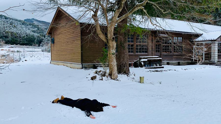 雪の中、大の字になる!「伊佐は寒いからオモシロイ!」