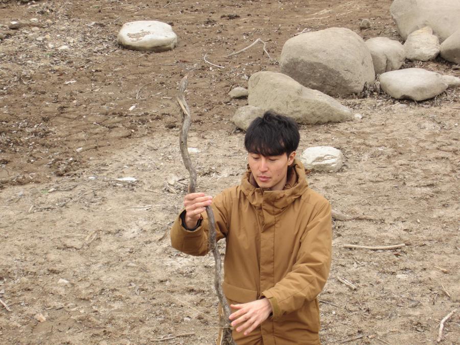 「この流木、オモシロそうですね!」と夢中の林さん!