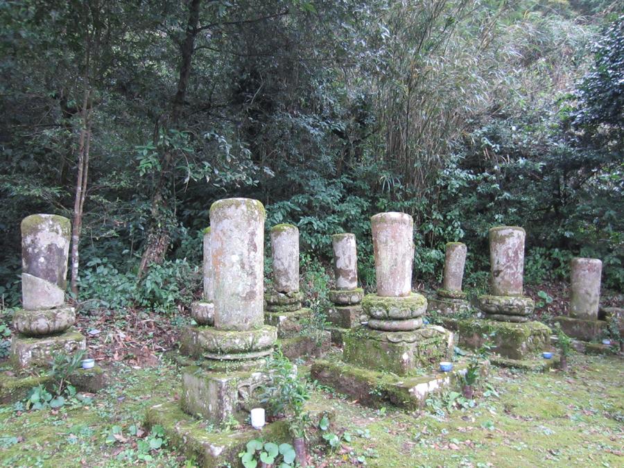 丸い墓石は歴代のご住職方のお墓