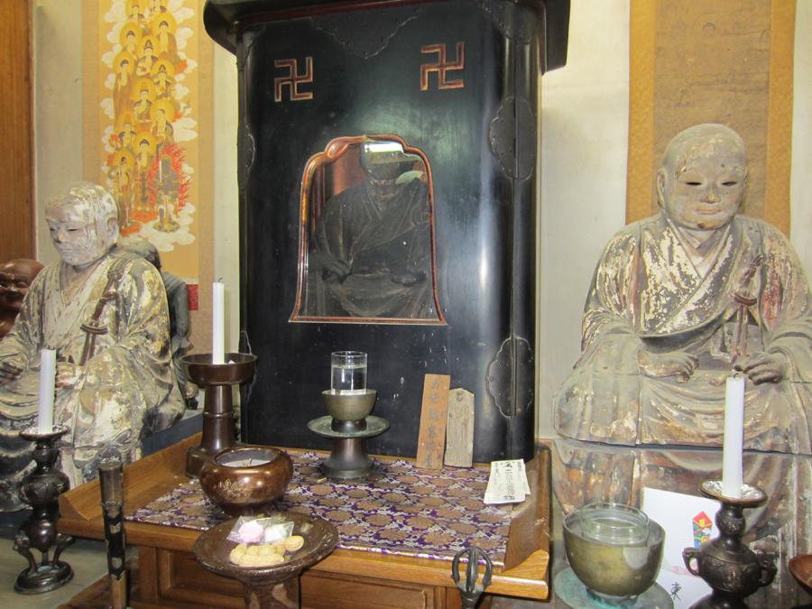 厨子の中に安置された石屋真梁 木像(写真中央)