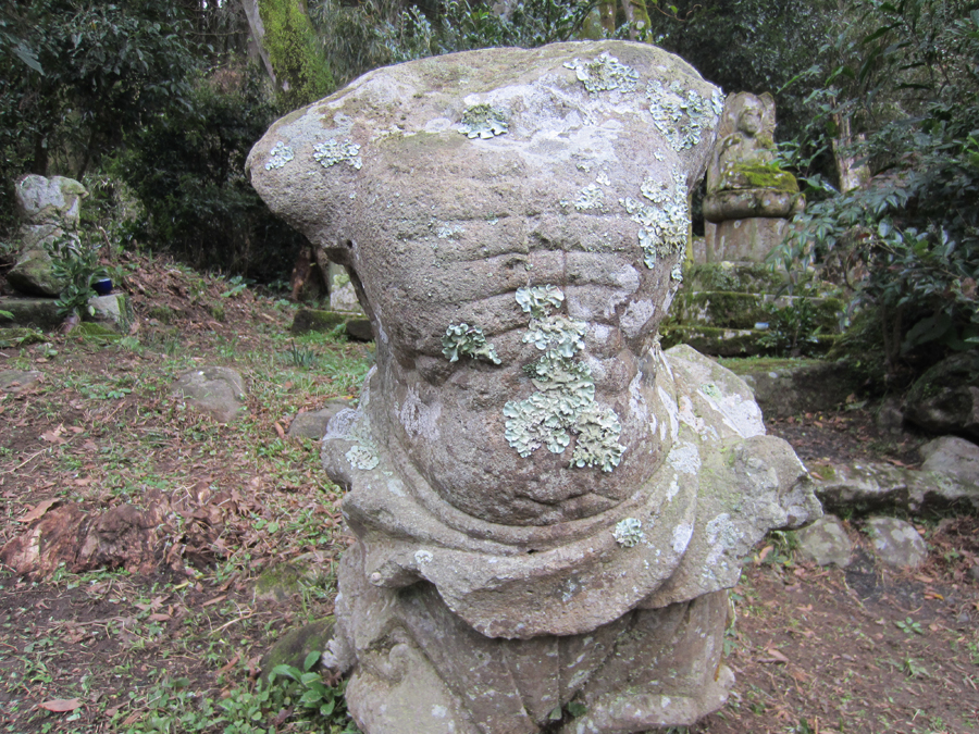 破壊された石仏が、激しかった廃仏毀釈の歴史を生々しく伝えていて、胸が痛みます。