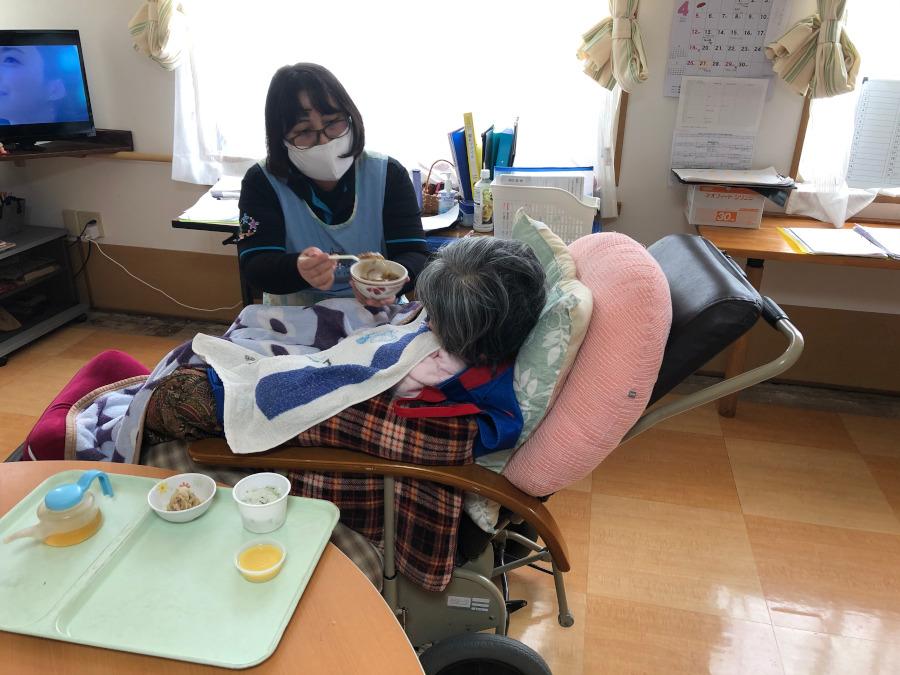 不安と緊張を抱えながら、手指衛生の励行、マスク着用などを徹底しての 介護が続いている…(鹿屋長寿園)