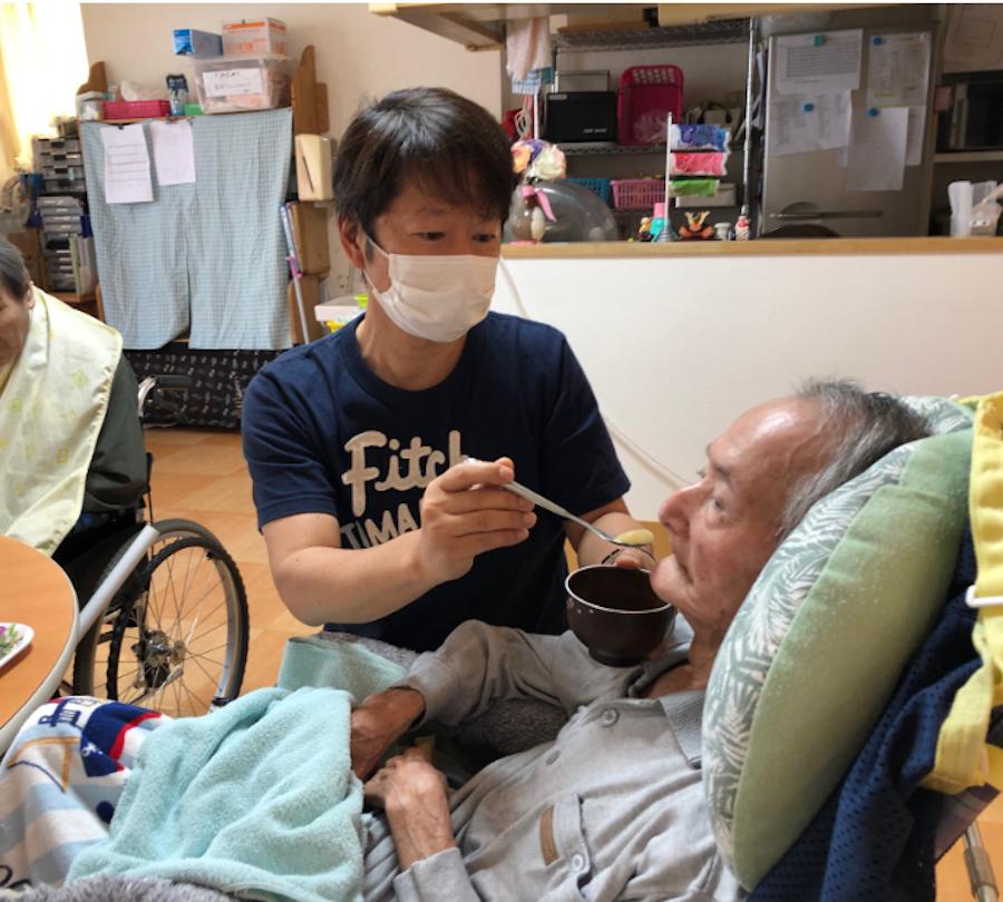 現場主義がモットーの林田さん! 時間を見つけては食事介助などのケア現場にも立つ