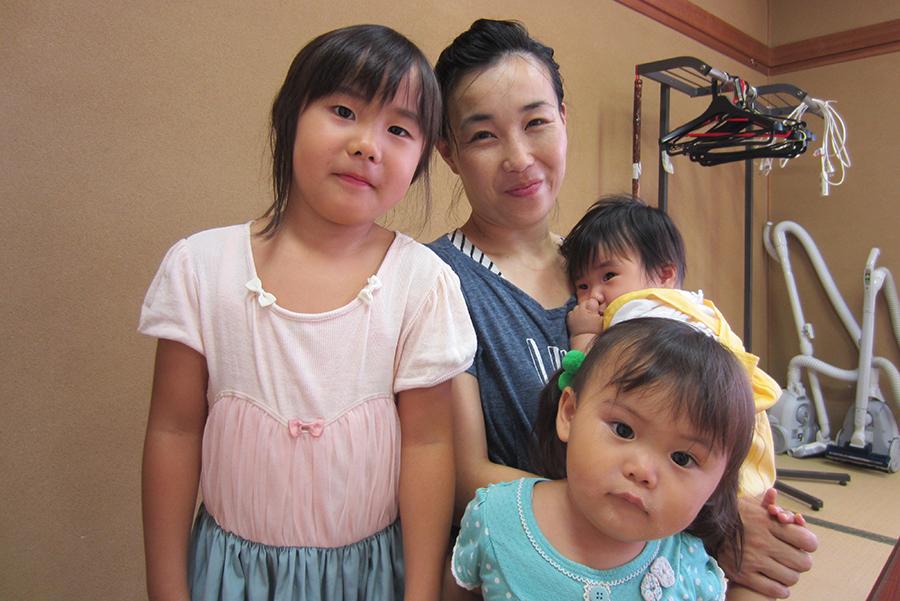 園田愛美さんと3人の子どもたち (2017年10月・森の玉里子ども食堂にて)