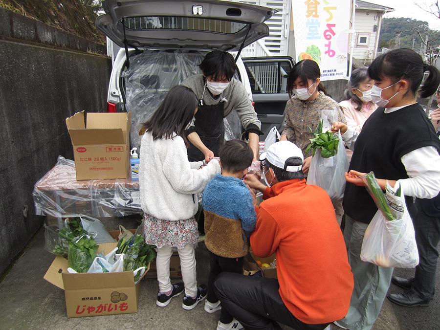 野菜や果物、手づくりのお菓子などを届ける