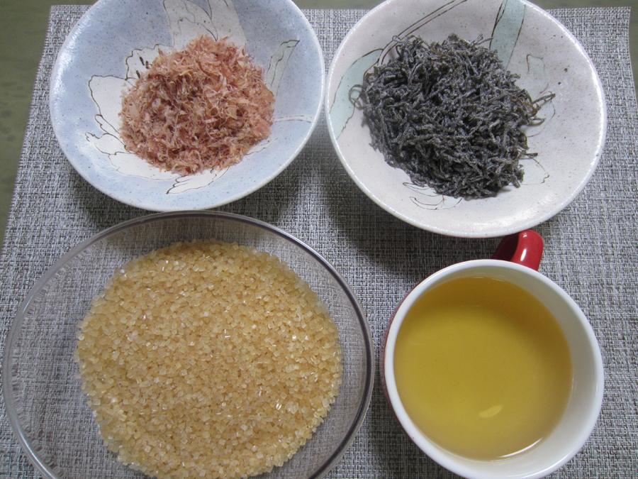 分量のお酢、ザラメ、塩昆布、かつおパックを混ぜて漬け汁を用意