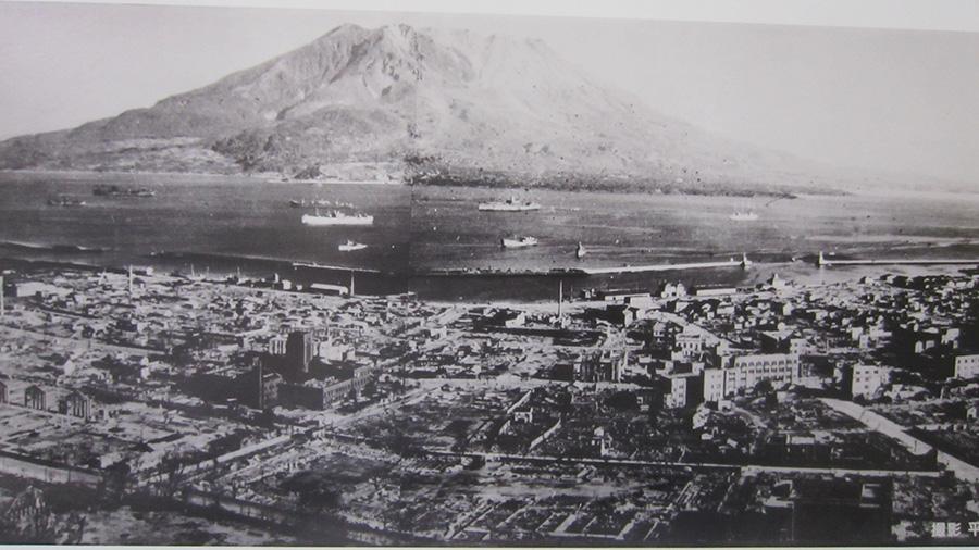 昭和20年 空襲で一面焼け野原となった鹿児島市街地 (平岡正三郎氏 撮影)