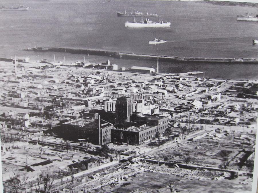 昭和20年 焼け跡の中の市役所 市街地の約93%が焼失した (平岡正三郎氏 撮影)