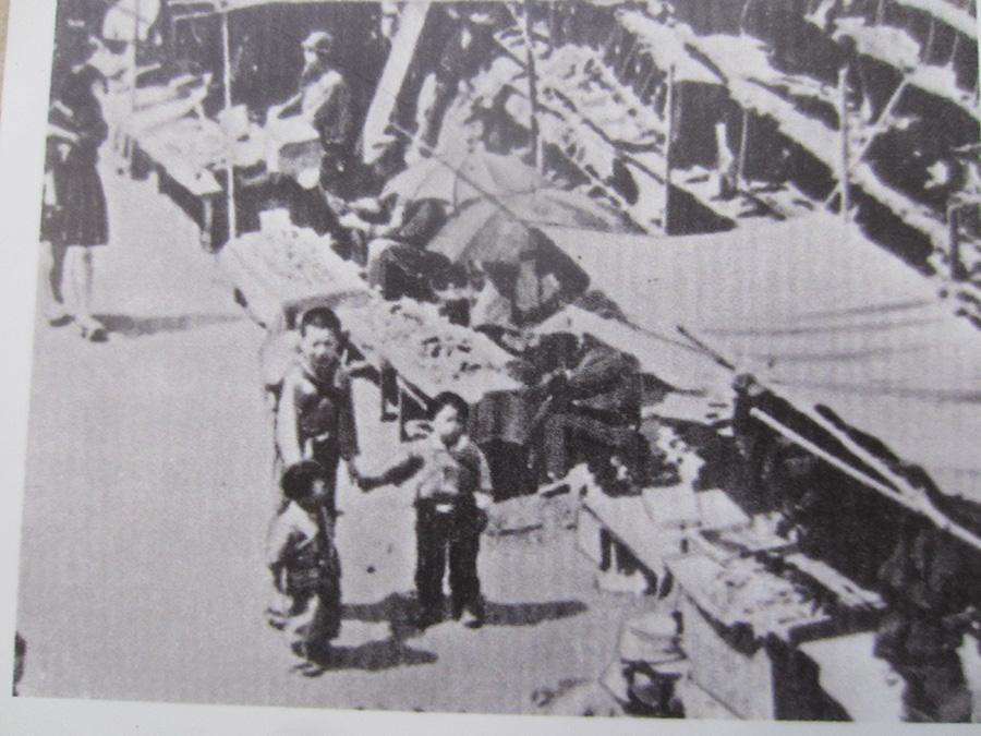 終戦直後のヤミ市 鹿児島駅、西鹿児島駅、山形屋付近に 集中していた  (鹿児島市所蔵)