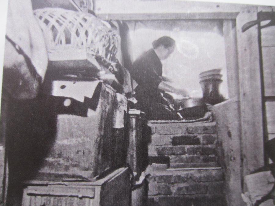 終戦直後の壕生活 家を失い、長く穴居生活を続ける人も… (鹿児島市所蔵)