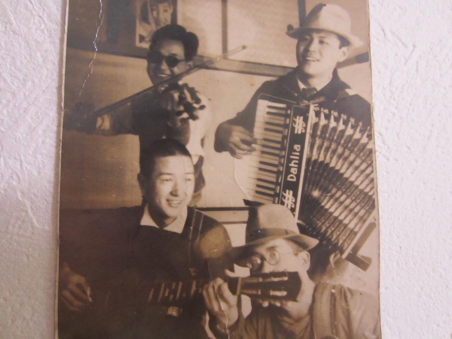 徴兵前に朝鮮の会社仲間と…(為男さんは前列右)