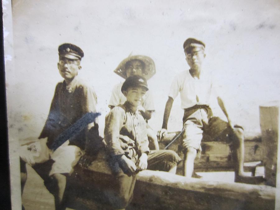 3人の兄たち(戦前の与次郎ヶ浜で…) (左から長男の為男さん、3男の立身さん、次男の信彦さん)