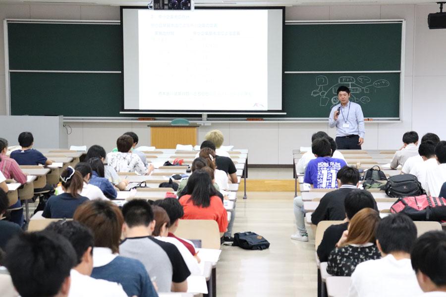 若い人の創業マインドの醸成や金融リテラシー向上を目的とした 大学での出張講義を開催(鹿児島国際大学にて)