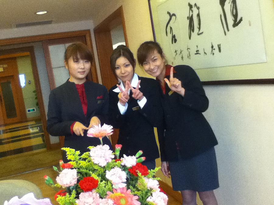 中国のホテルで働いていた頃の脇野さん(中央)