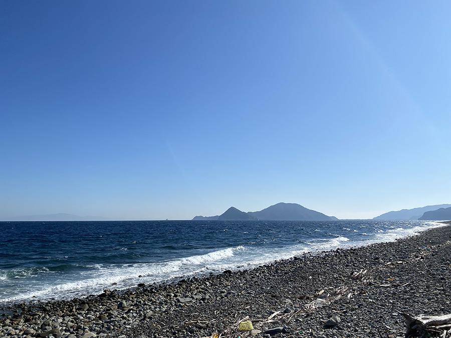 大きな岩や玉状の石がごろごろと広がる長目の浜