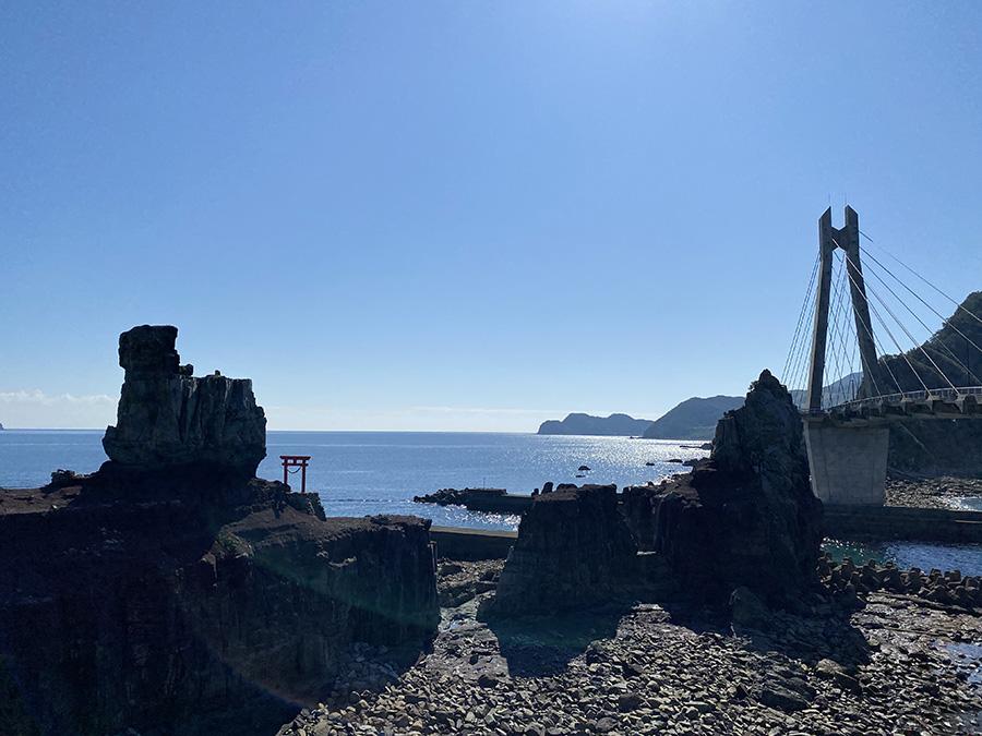 右に甑大明神橋、鳥居のある大岩が甑大明神としてまつられています